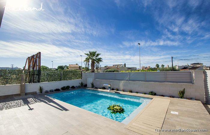 Chalet con piscina privada en torrevieja for Piscina torrevieja