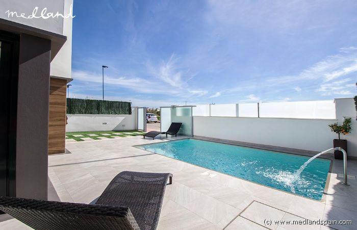 Villa de 3 dormitorios con piscina privada en roda golf for Piscina los alcazares