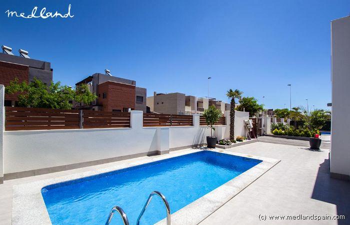 Moderno chalet con piscina privada y s tano en torrevieja for Piscina torrevieja