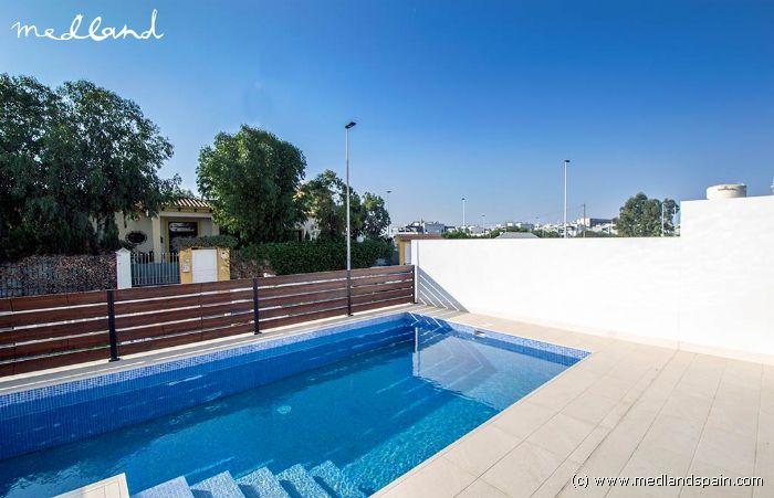 Chalet adosado con piscina privada en torrevieja for Piscina torrevieja