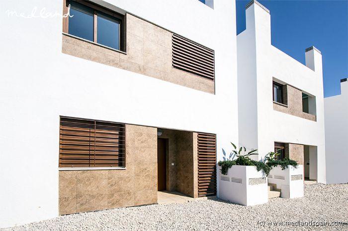 appartement au rez de chauss e avec jardin priv dans la zenia. Black Bedroom Furniture Sets. Home Design Ideas