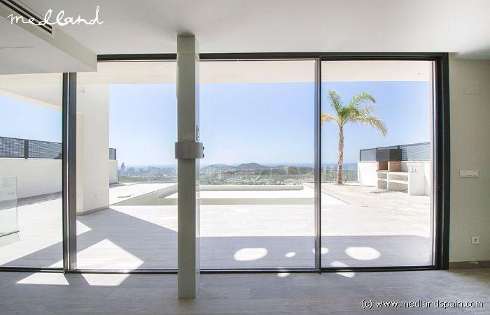 villa mit 4 schlafzimmer keller und pool in finestrat. Black Bedroom Furniture Sets. Home Design Ideas