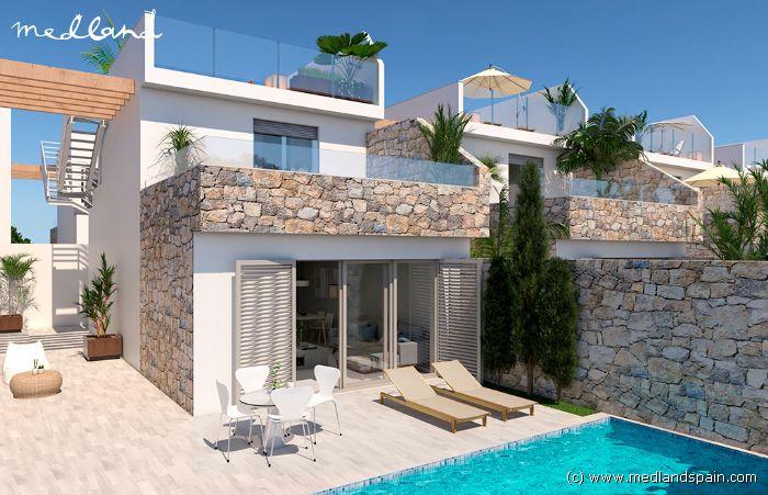 Villa de 3 dormitorios con piscina a 400 metros de la for Piscina los alcazares