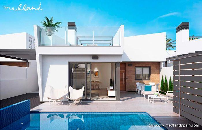 Modernos chalets de 3 dormitorios con piscina privada en for Piscina los alcazares