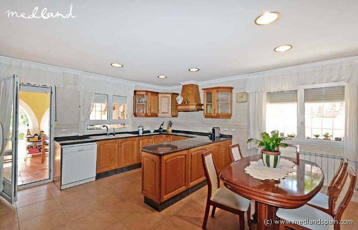 Villa med klassisk design med 4 sovrum, källare och pool i Gran ...